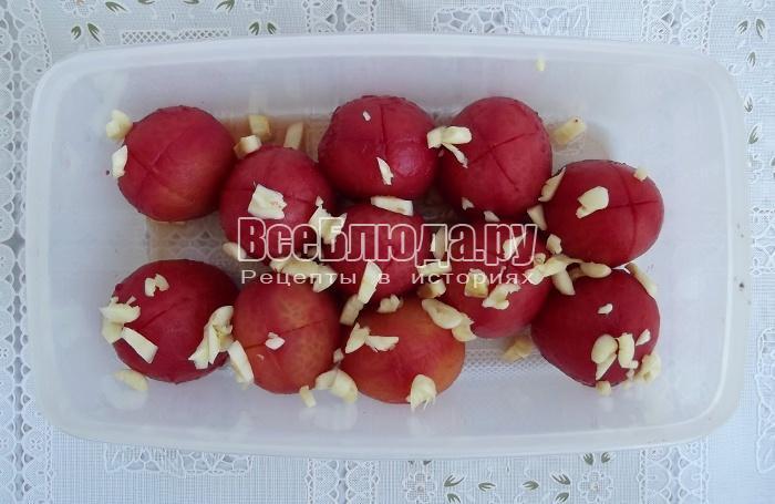 укладываем помидоры, посыпаем чесноком