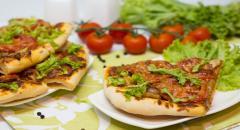 Грибная пицца с луком, помидорами, сыром