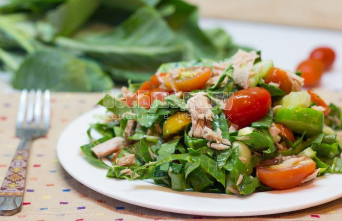салат с тунцом, помидорами и огурцами