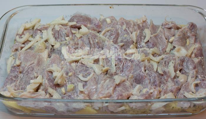 выложить свинину на картошку