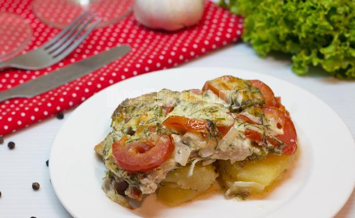 как вкусно запечь свинину с картошкой и помидорами под сыром в духовке