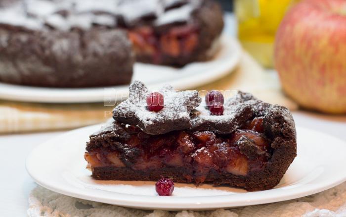 как приготовить пирог с яблоками и брусникой из шоколадного песочного теста