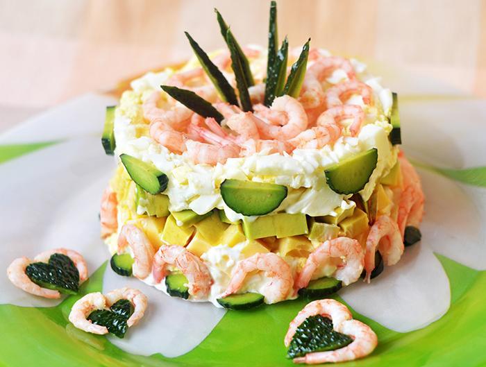 Праздничный салат из авокадо, креветок, сыра, яиц слоями