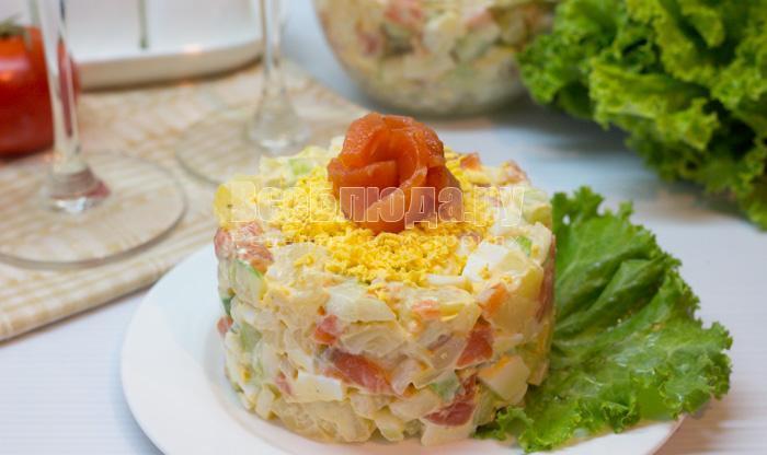 салат с соленой семгой, картошкой, огурцами, яйцами