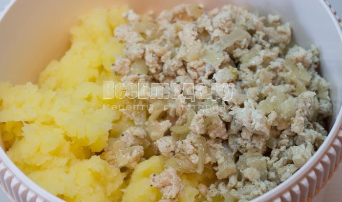 соединить картошку с фаршем