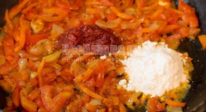 высыпать муку и томатную пасту