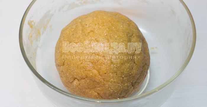 собрала тесто в шар