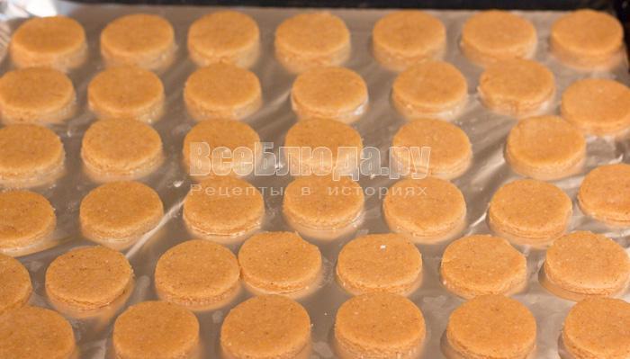 вырезала кружочки печенья