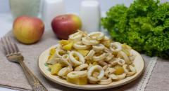 Кальмары с яблоками и луком