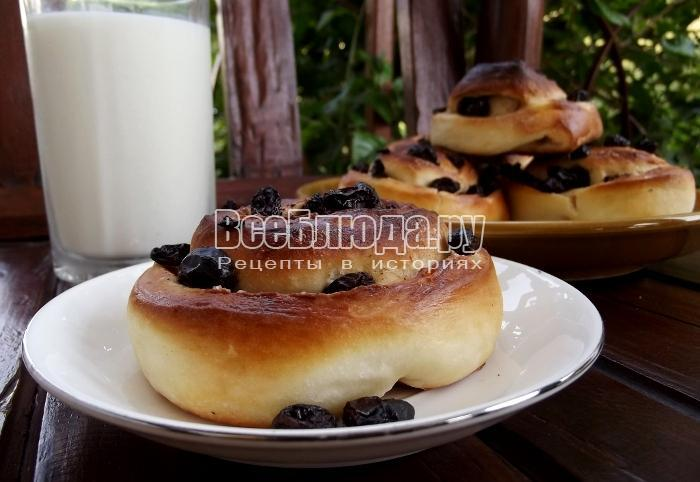 Дрожжевые булочки с изюмом и корицей