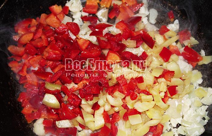 высыпите перец и капусту в сковороду