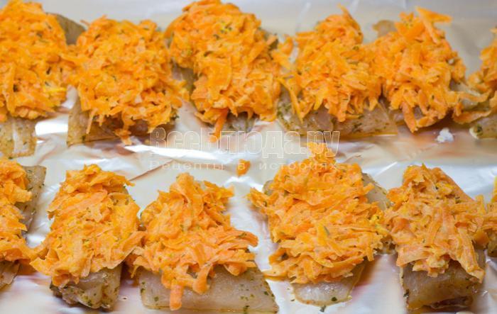 положить морковку на рыбу