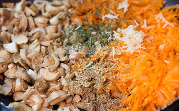 обжарить грибы и морковку
