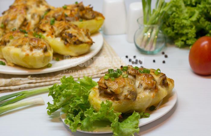 готовая картошка с грибами и морковкой