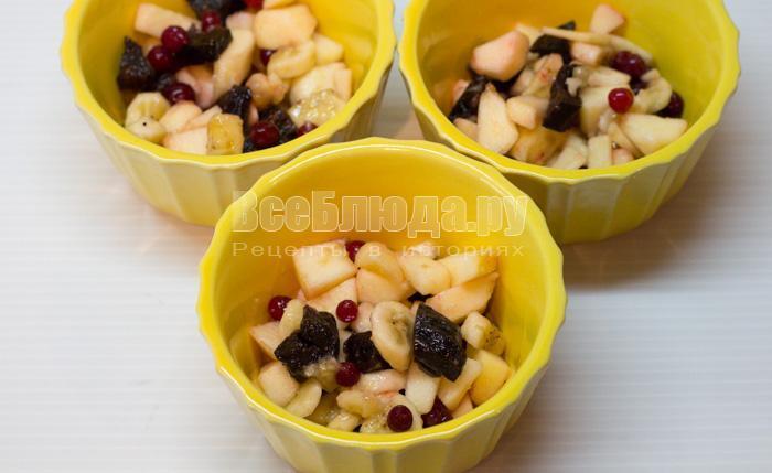 выложить фрукты в формочки