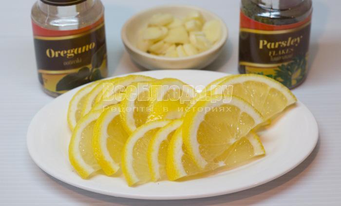 порезать лимон и чеснок