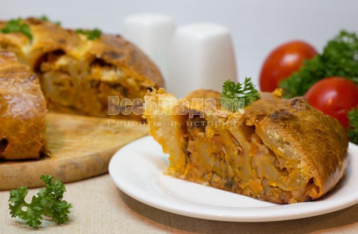 пирог в виде улитки с капустной начинкой