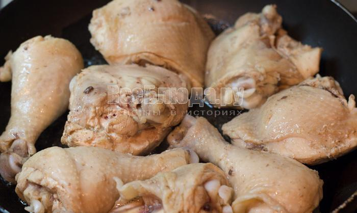 обжарить кусочки курицы