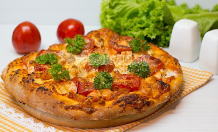 готовая пицца с семгой, сыром и помидорами