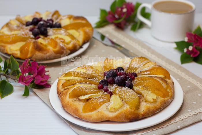 дрожжевой мини-пирог с фруктами