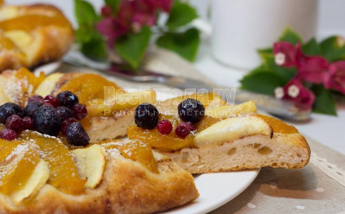 Мини пирог с персиками и яблоками из дрожжевого теста