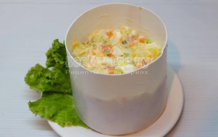 выложить салат в кольцо