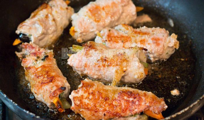 Свиные рулетики с начинкой (маслины, морковка, огурцы)
