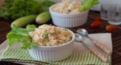 Салат из креветок с сыром и яйцом