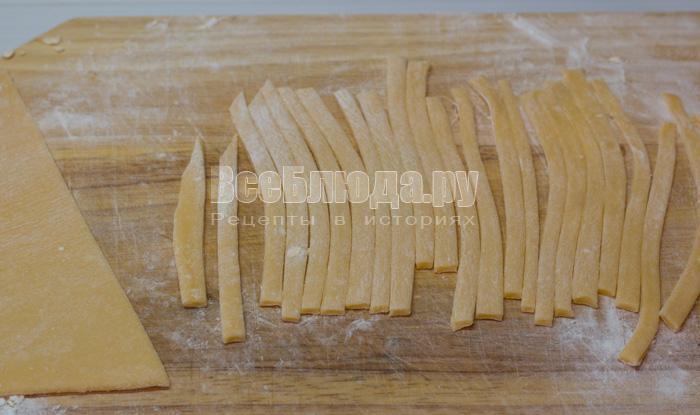 порезать тесто на полосочки