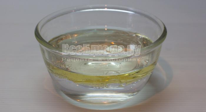 вылить воду, масло и уксус