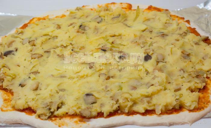 выложить картофельную начинку на тесто