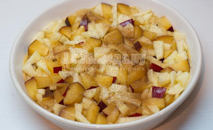 положить фрукты на тесто