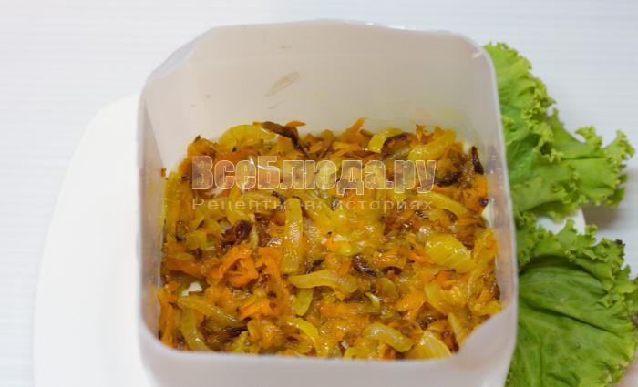 выложить морковку и лук