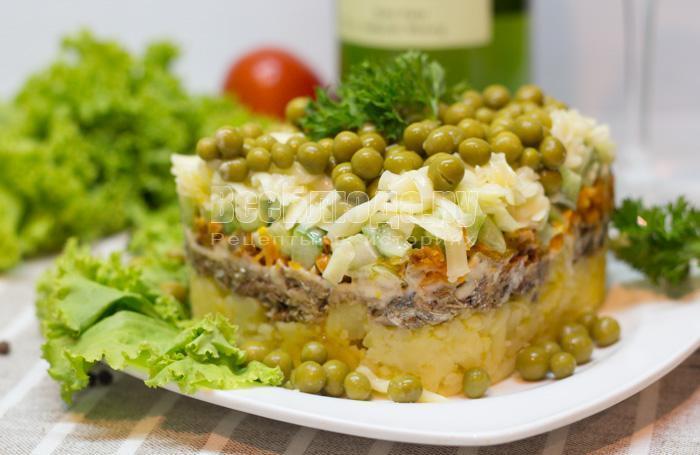 салат - шпроты, картошка, огурцы, сыр, зеленый горошек