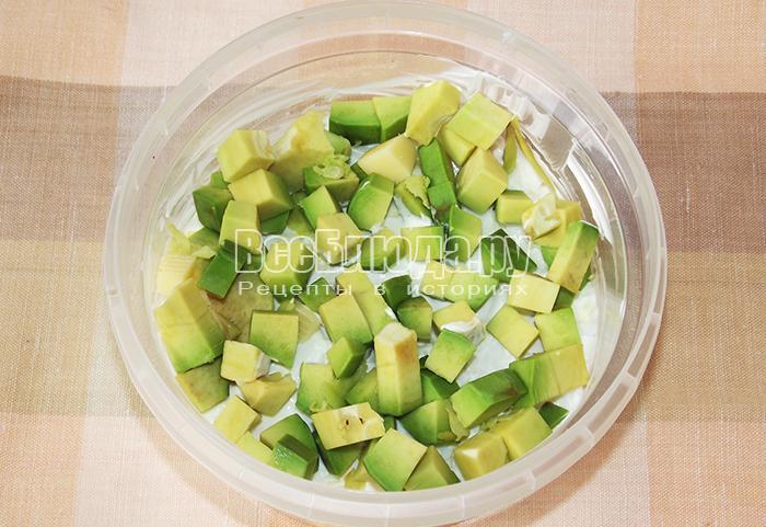 уложите авокадо