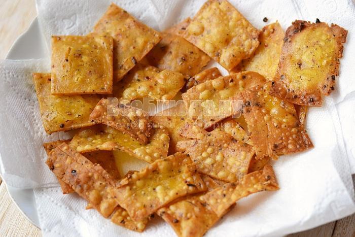 выложить чипсы на салфетку