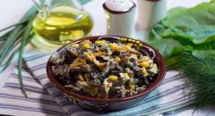 Салат из древесных грибов с кукурузой и курицей...