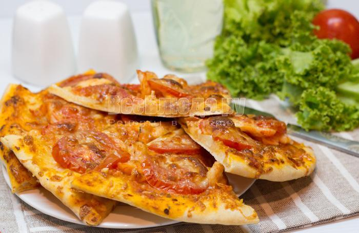 простая креветочная пицца с помидорами