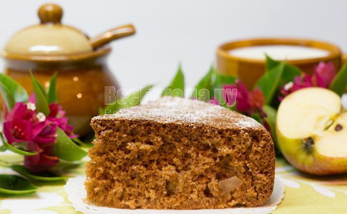 Медовый пирог с яблоками на кефире