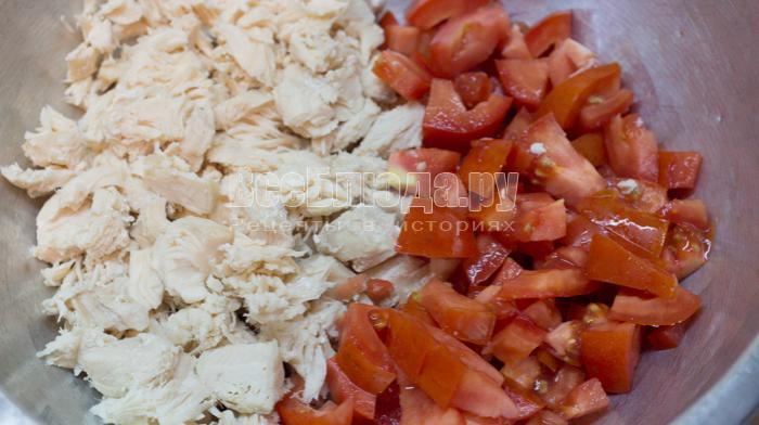 порезать курицу и помидоры