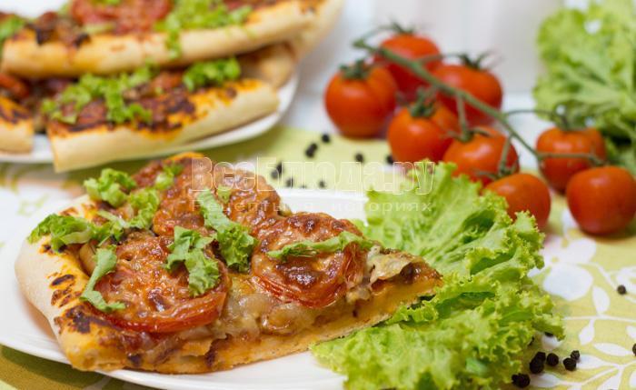 Пицца с колбасой сыром и помидорами и грибами