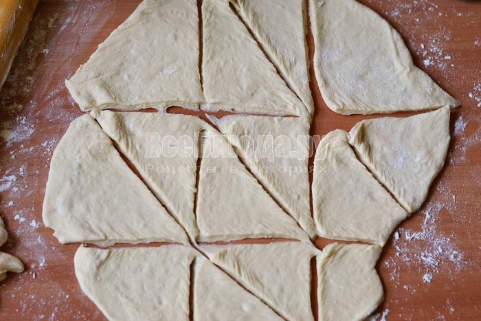 разрезать тесто на треугольники
