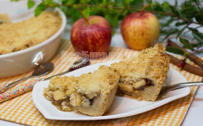готовый песочный пирог с яблоками
