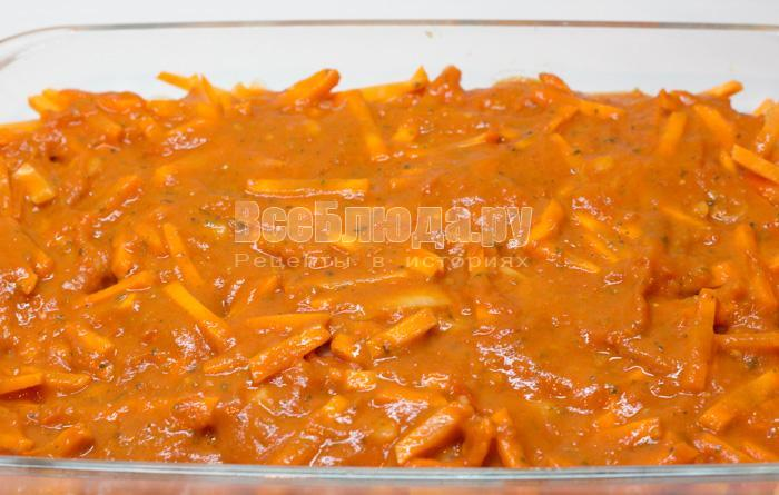 вылить томатный соус на рыбу