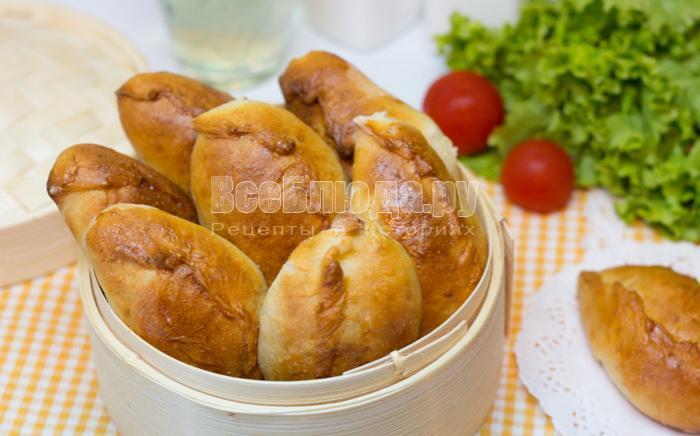 готовые пирожки с яйцом, рисом и луком