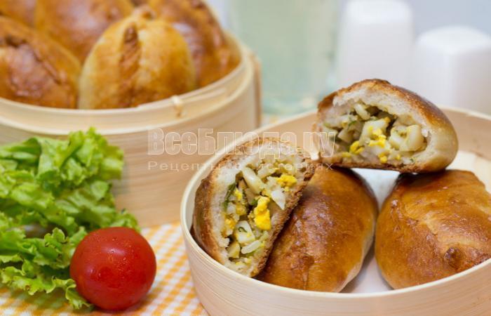 Пирожки с яйцом, рисом и зеленью в духовке