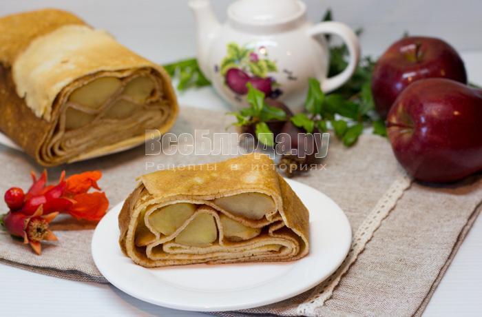 готовый пирог из блинов с яблоками