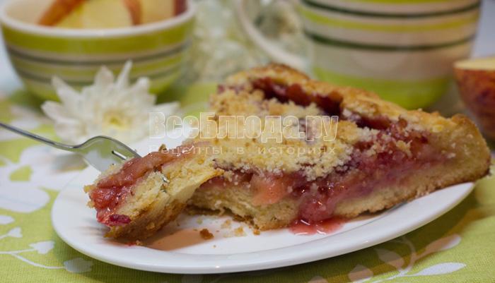 кусочек галеты с яблоками и брусникой