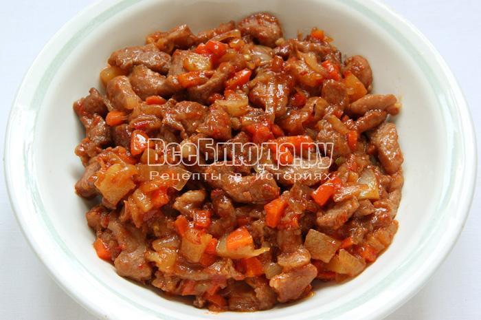 Сладкая свинина по-китайски с ананасами на сковородке