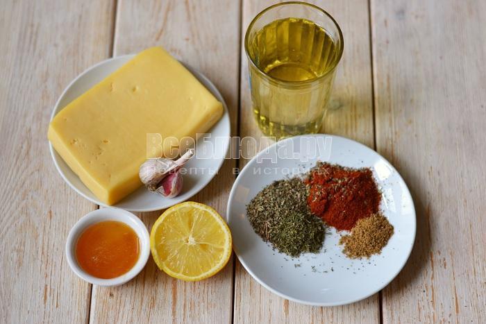 Маринованный сыр с чесноком и пряностями